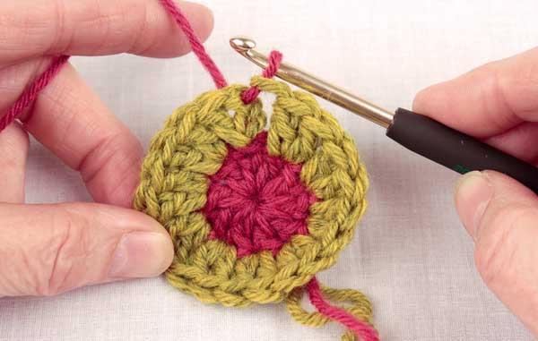 Как незаметно перейти на нить другого цвета при вязании крючком
