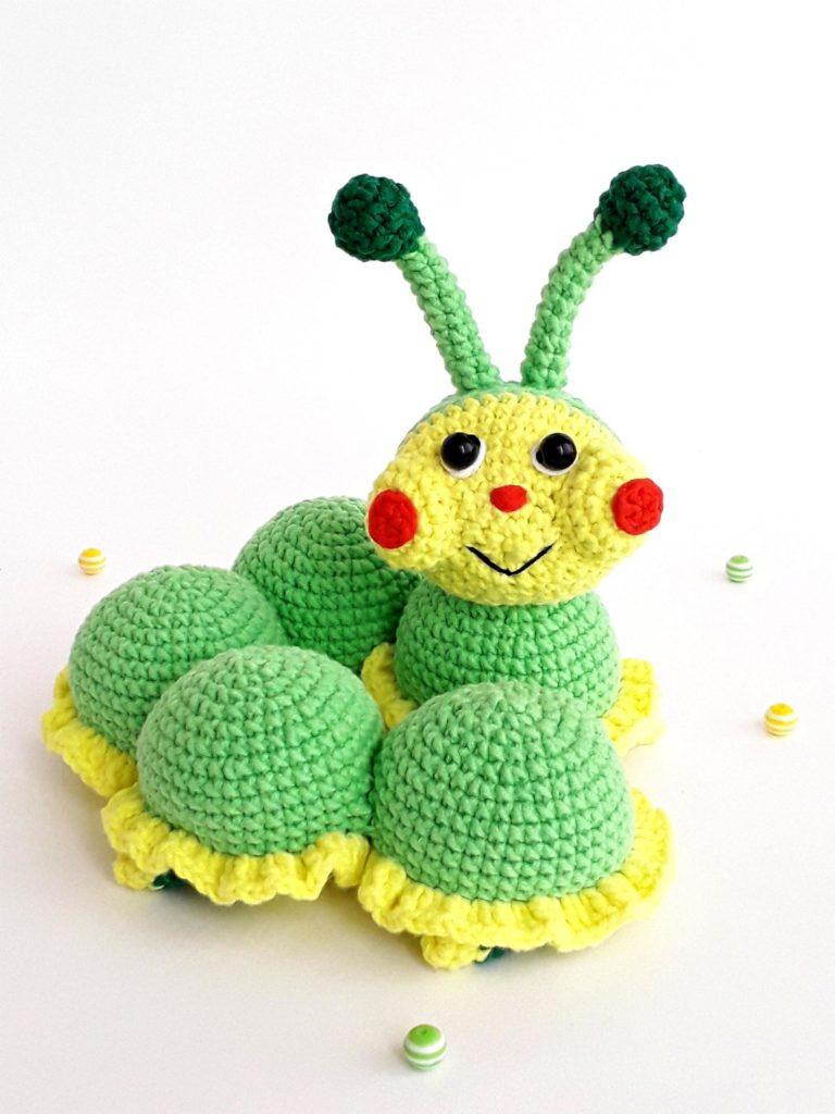 Вязаная игрушка крючком схема и описание: готовая гусеничка Лапа