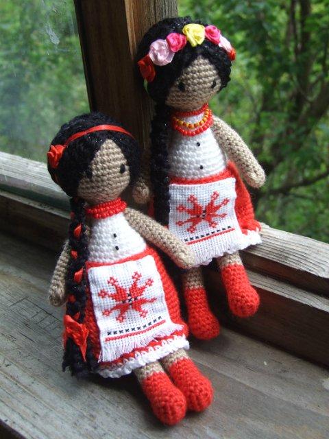 Вязаная кукла крючком с косой в национальном костюме