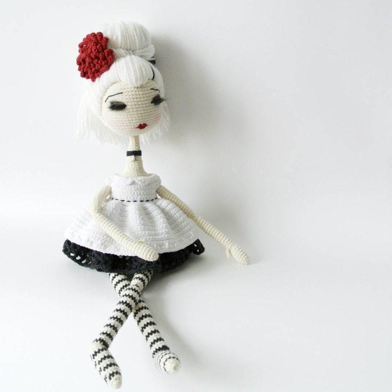Вяжем черно - белую куклу крючком с простой схемой и описанием