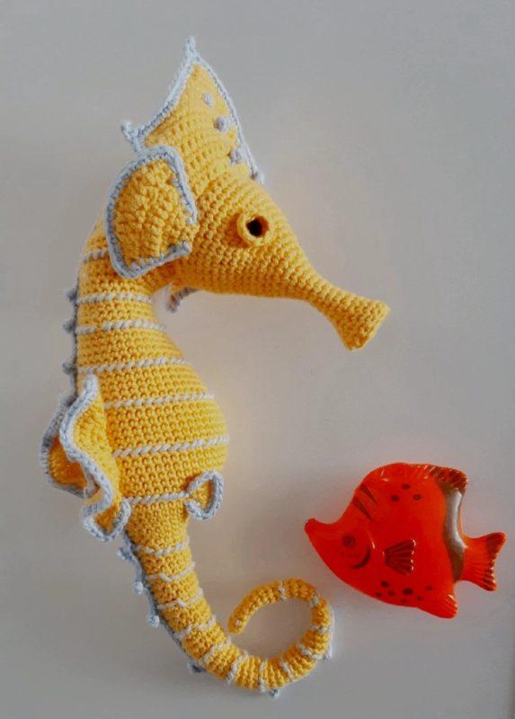 Вязаный большой морской конек крючком с описанием и переводом