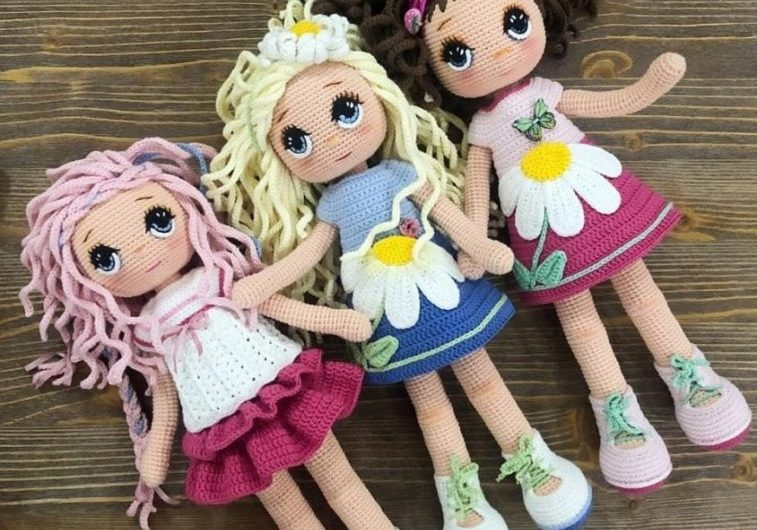 Амигуруми девочка на коньках и девочка ромашка