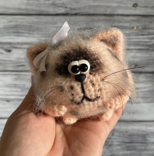 Вязаный из мохера котик