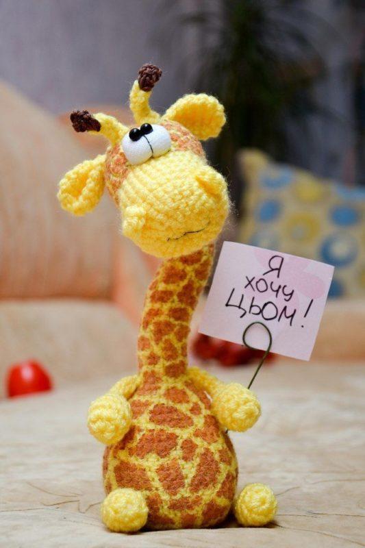 Вязаный маленький жираф крючком с описанием схемы вязания